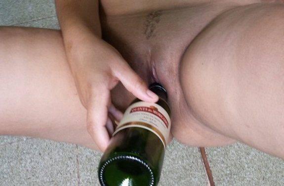 Solteira enfiando garrafa na buceta