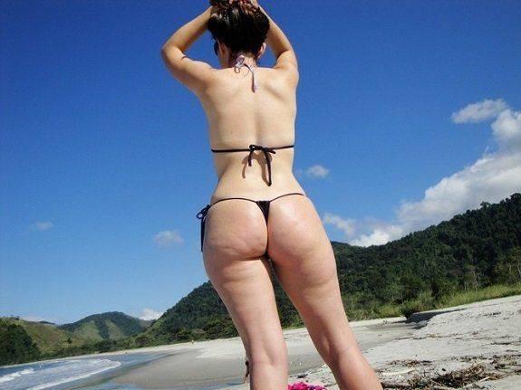 Minha esposa de fio dental na praia