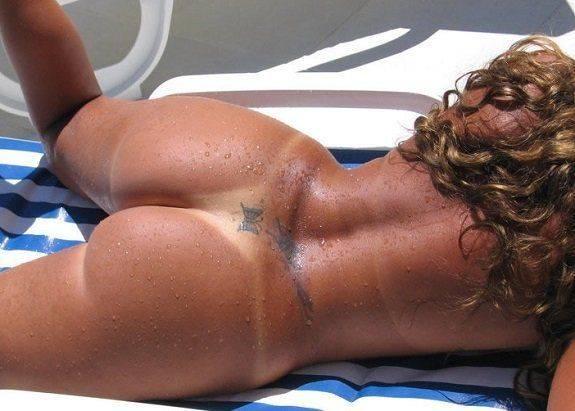 Morena perfeita nua na piscina