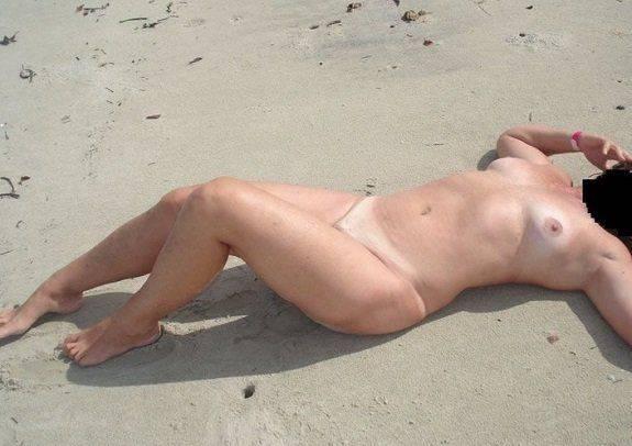 Ficou toda pelada na praia deserta