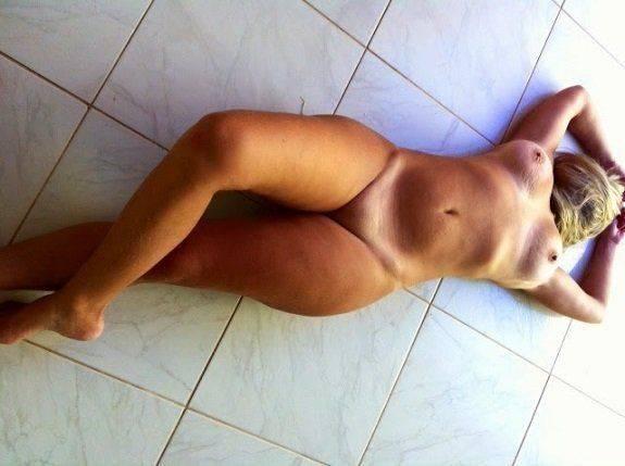 Casada pelada no chão muito gostosa