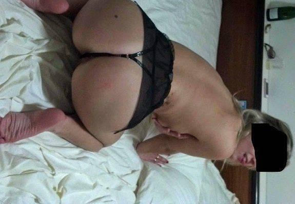 Magrinha casada gostosa na cama