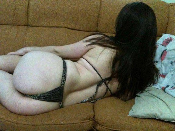 Magrinha de calcinha fotos no sofá