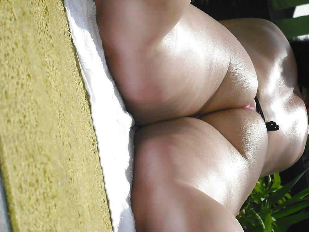 Mulher gostosa rabuda de biquíni (2)