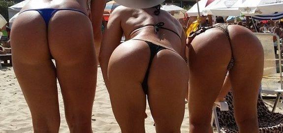 Casadas gostosas causando na praia