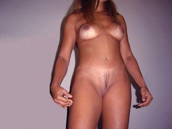 Casada bronzeada se exibindo pelada