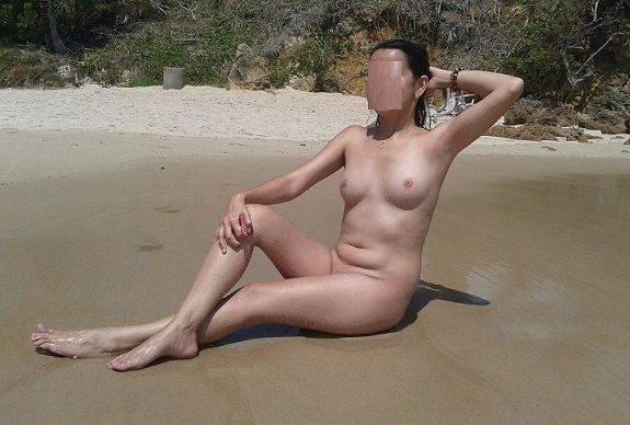Esposa nua gostosa na praia de nudismo