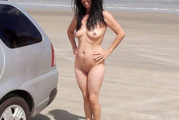 Esposa gostosa se exibindo pelada na praia