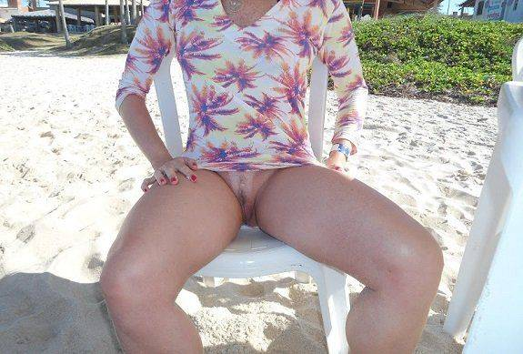 Gostosa na praia mostrando a buceta