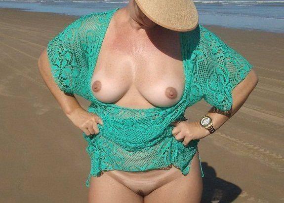 Loira bunduda se exibindo pelada Sexlog