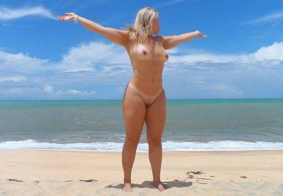 Loira gostosa exibicionista pelada em praias desertas