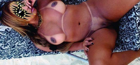 Morena gostosa pelada na praia deserta