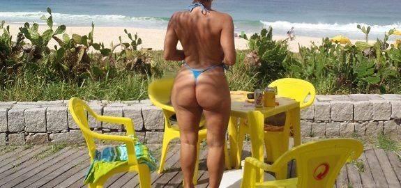 Coroa bunduda de biquíni na praia
