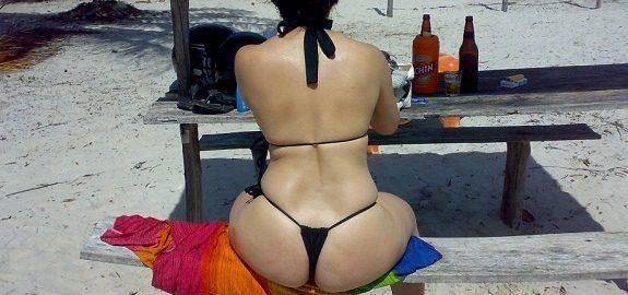 Esposa gostosa de biquíni fio dental na praia