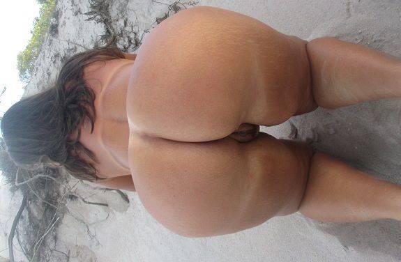 Gostosa bunduda nua na praia deserta