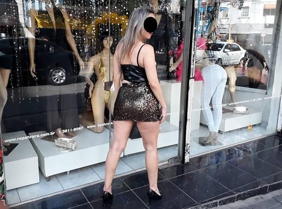 Loira coroa gostosa na loja de roupas sensuais