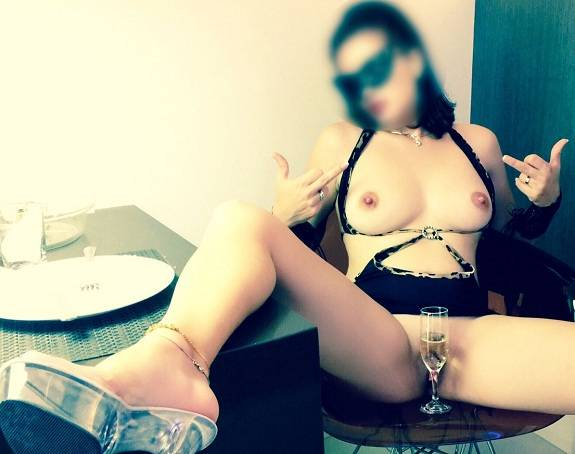 Esposa branquinha exibicionista em fotos porno
