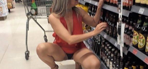 Fotos da loira amadora se exibindo no supermercado