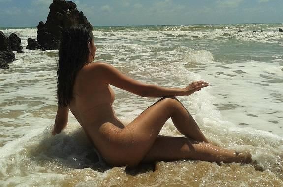 Melissa esposa do Tigrão pelada na praia de nudismo