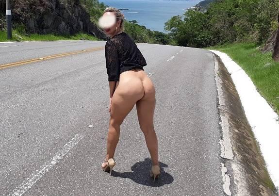 Coroa gostosa se exibindo pelada na estrada