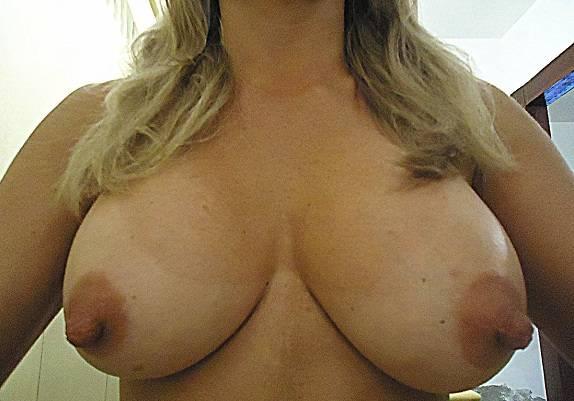 Loira gostosa exibindo fotos dos peitos grandes