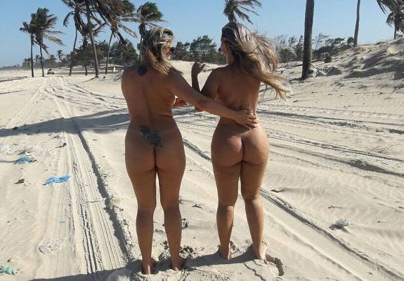 Duas amigas gostosas peladas na praia deserta