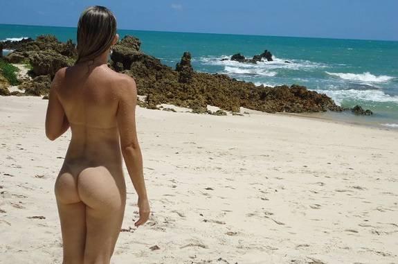 Esposa magrinha gostosinha pelada na praia