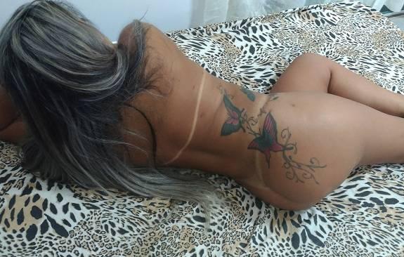 Loira bunduda tatuada em fotos amadoras nuas
