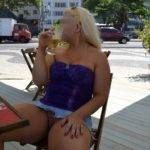 Loira gostosa deliciosa na rua sem calcinha