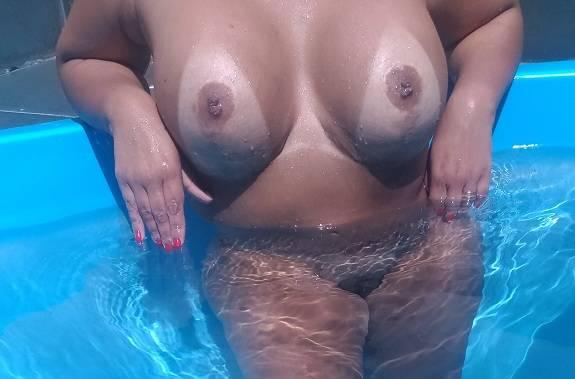 Livia gostosa se exibindo pelada na piscina
