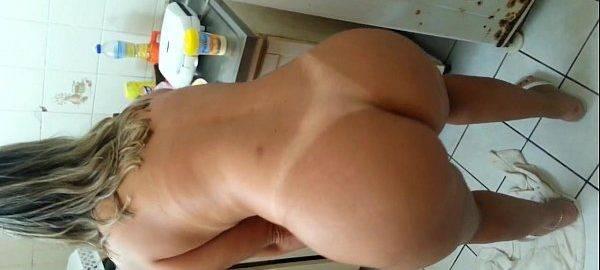 Esposa loira gostosa rebolando pelada na cozinha