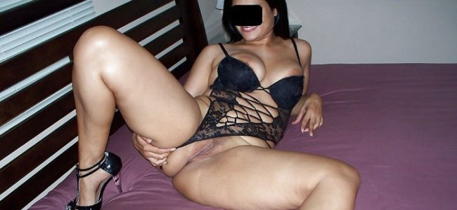 Morena gostosa sexy mostrando a bucetona