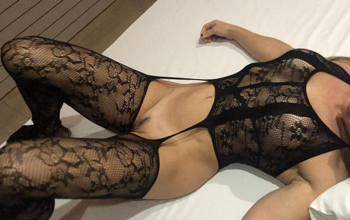 Loira casada gostosa de lingerie preta